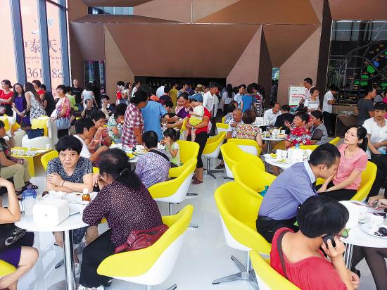 8月份,在很多楼盘销售中心常常看到人挤人的现象